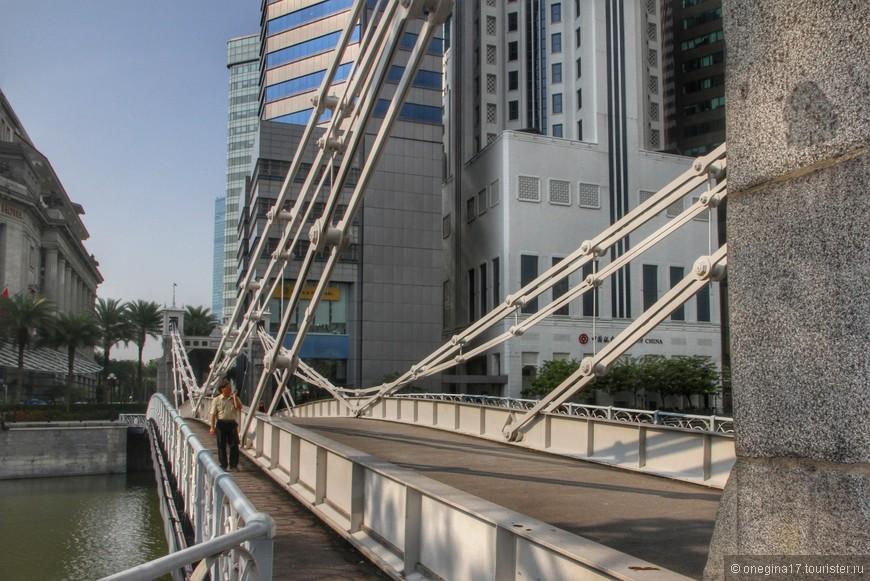 Берега реки соединены множеством мостов, поэтому гулять можно, переходя с берега на берег.