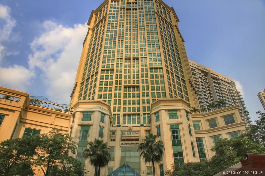 Сингапур нужно смотреть задрав голову вверх - здания подпирают небо...