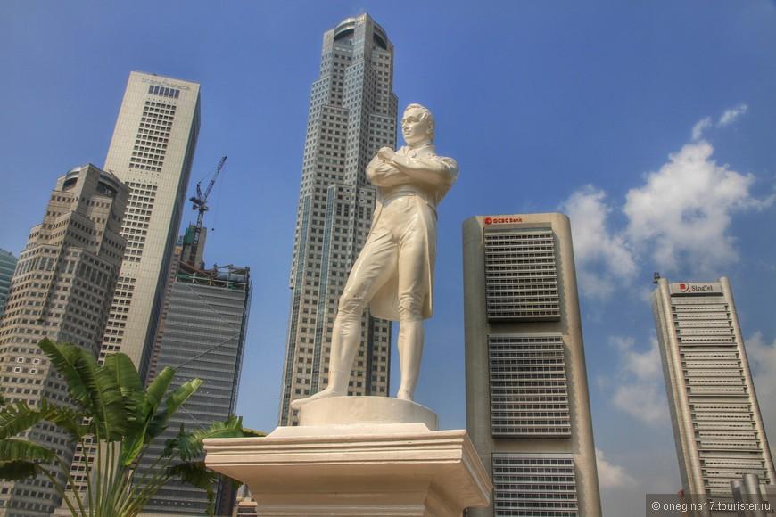 """Место высадки сэра Стэмфорда Раффлза  29 января 1819 года. Расположено в Деловом центре в Центральном районе Сингапура. Статуя сэра Раффлза стоит как раз на том месте, где он высадился на берег. Его первое появление в Сингапуре было непродолжительным, всего 10 дней. В то время, здесь жили """"люди моря"""",подчинявшиеся Джохортскому султанату, первый договор с правителем которого Рафффлз подписал уже в начале ферваля."""