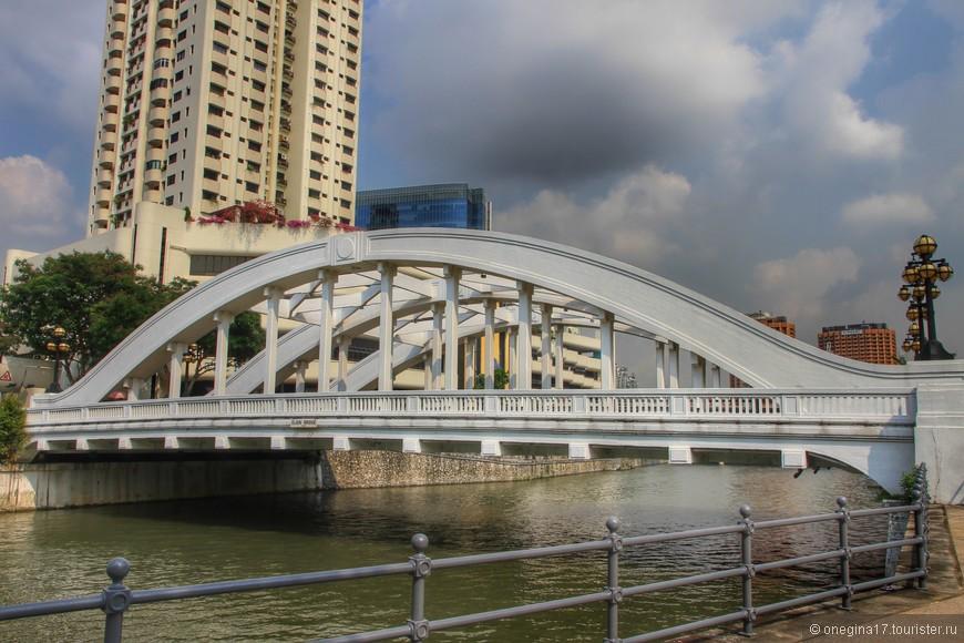 Мостов через реку перекинуто много. Каждый мост снабжен табличкой с названием - просто счастье для туристов.