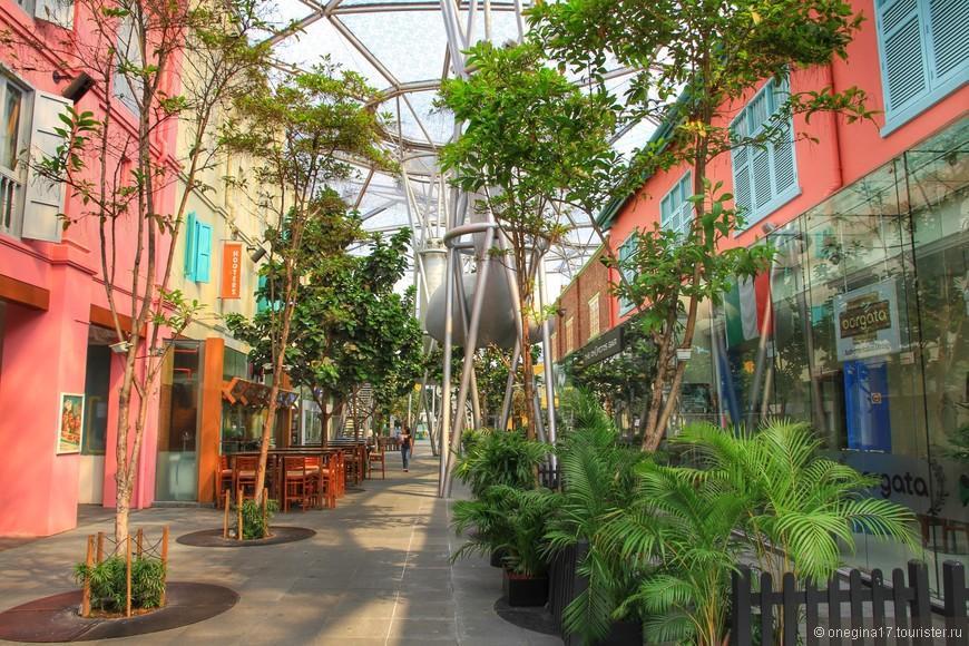 Набережная Кларк-Ки. Место развлечений и отдыха сингапурцев. Названа в честь губернатора Сингапура - Эндрю Кларка. Раньше здесь швартовались торговые суда, сейчас это центр ночной жизни. На набережной есть все - магазины и рестораны, аттракционы и много зелени.