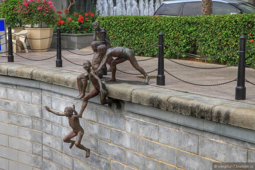 """Из серии скульптур """"Люди у реки"""". Автор  - Чонг Фах Чонг. Его идея заключалась в создании целой серии скульптур, изображающих, чем люди занимаются у реки Сингапур. Все эти скульптуры расположены на набережной Робертсона. Вообще, по сути вся набережная - это единое пространство, разделенное только названиями и становится это понятно, как только отрываешь взор от карты и начинаешь прогулку по переходящим друг в друга набережным."""