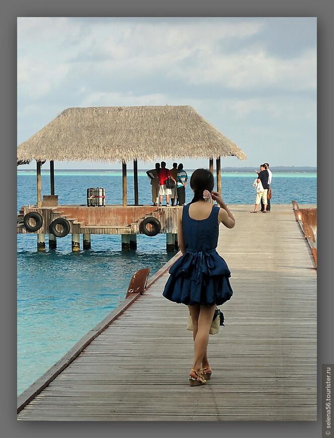 На острове много туристов из Ю В А. Мне нравились девушки , одетые в шелковые и шифоновые красочные платьица,а не в шорты и капри ,как многие соотечественницы.