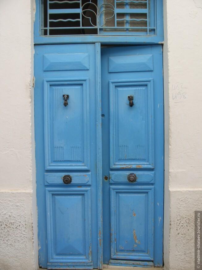 Тунисцы считают себя гостеприимным народом. Считается, что если дверь в дом приоткрыта, то здесь будут рады гостю. А если закрыта - то гость в доме уже есть. Мы не стали проверять эту традицию и прошли мимо.