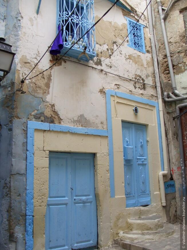 В основном все дома в Медине выкрашены в бело - голубой цвет. Складывается впечатление, что красок других цветов у них в принципе не бывает. На самом деле это уже традиция, В Тунисе считают белый – цвет свободы, голубой – цвет моря.