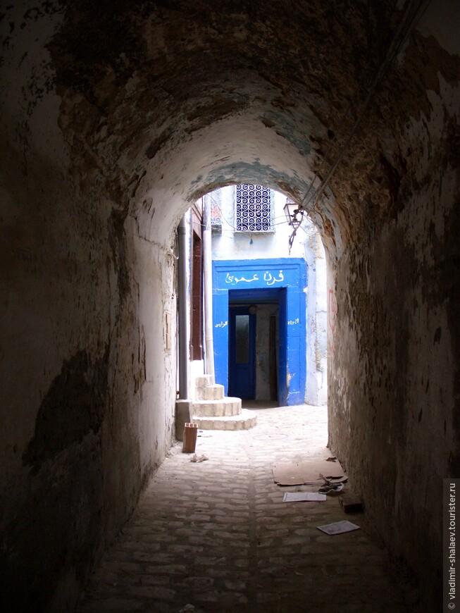 Некоторые улочки соединяются между собой такими вот арками.