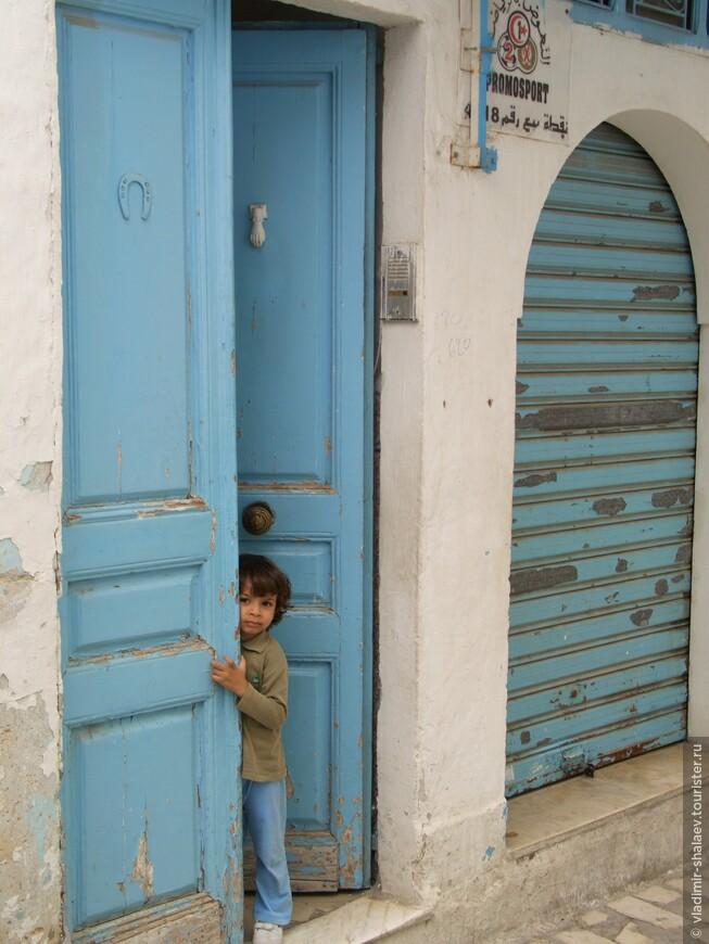 А из этой двери выглянул мальчишка.