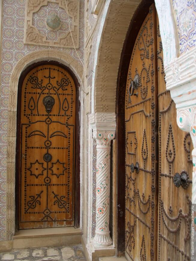 Тунисцы большое значение придают отделкам дверей. Входная дверь - это главное украшение каждого дома и является показателем благосостояния. Часто их украшают орнаментом из металлических заклепок, резьбой и металлическими накладками.