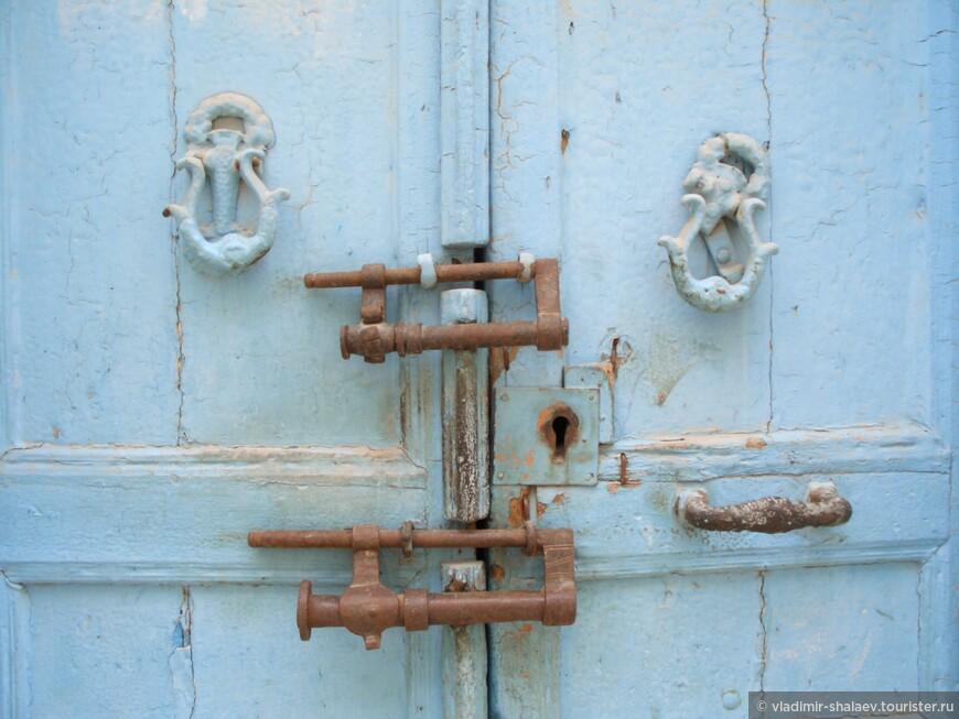 На некоторых дверях можно увидеть очень интересные экземпляры замков. Например такие.