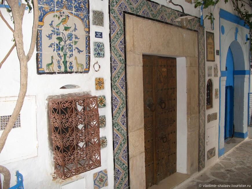 Входы в дома красиво оформлены и выложены плиткой,  с характерной для арабских стран расцветкой.