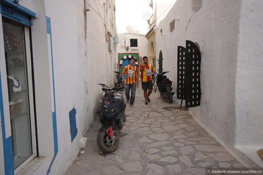 """На этой улице встретили двух фанатов местного футбольного клуба """"Этуаль дю Сахель"""", что переводится как """"Звезда Сахеля""""."""