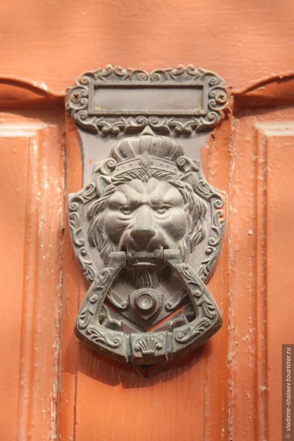 """На каждой двери есть традиционные """"стучалки""""."""