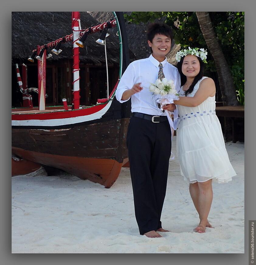 Больше всего на острове влюбленных молодоженов из ЮВА с семьями,  фотографами .