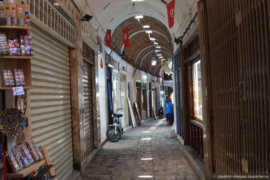 Главным местом в Медине безусловно является крытый рынок. Мы постарались пройти его краем, чтобы не затеряться в толпе.
