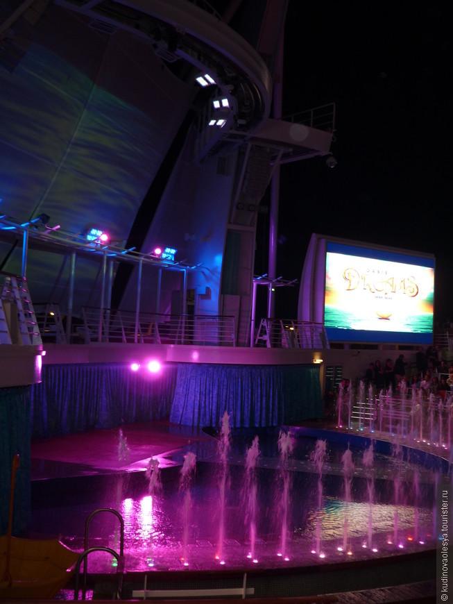 Аква-театр готовится к началу шоу.