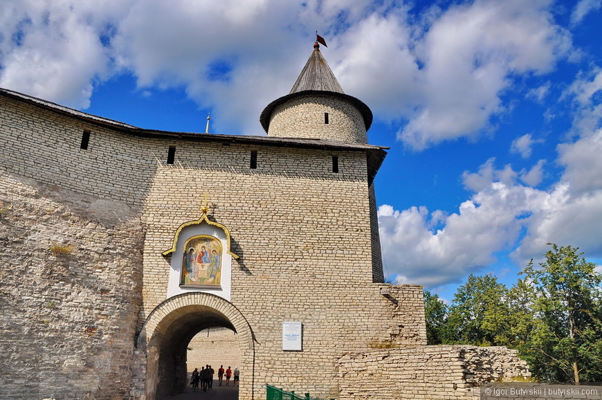 10. Крепость возникла, как и большинство средневековых пограничных городов, с основанием города — укреплённого (огороженного) населённого пункта. Дата основания города и крепости неизвестна.