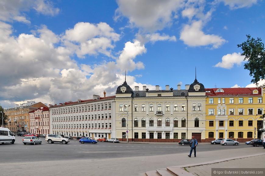 29. Дома в центральной части города, красивая советская застройка. В этих домах множество кафе и ресторанчиков.