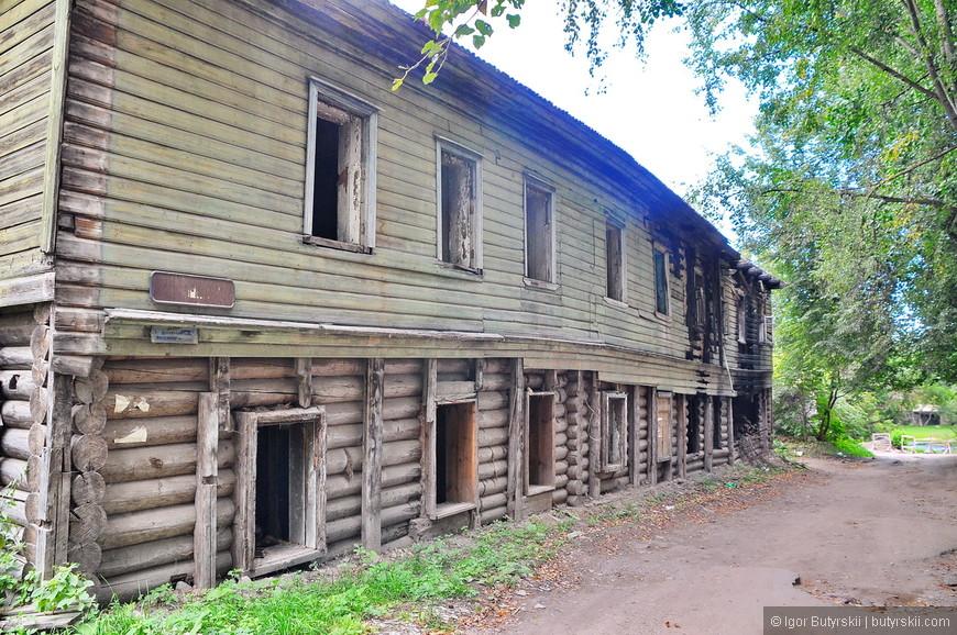 31. Там же располагаются старые деревянные бараки, сейчас уже сожжены, можно только догадываться кто проживает в них.