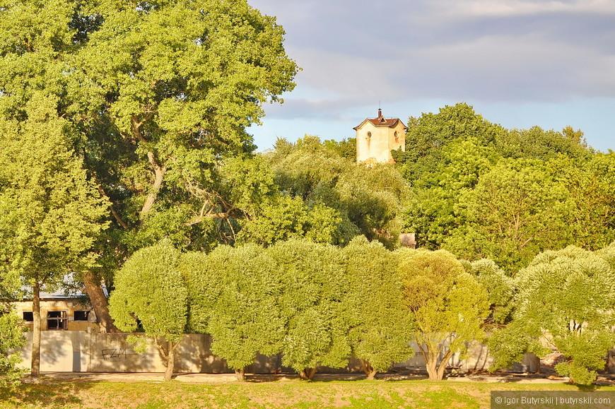 35. Вдали виднеются старые башни, вообще уровень оборонительных сооружений построенных 10 веков назад поражает…