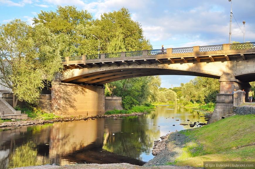 37. За территорией кремля, слава богу, в советское время почти не построили хрущевок, брежневок и прочего… Даже мосты красивые и элегантные.