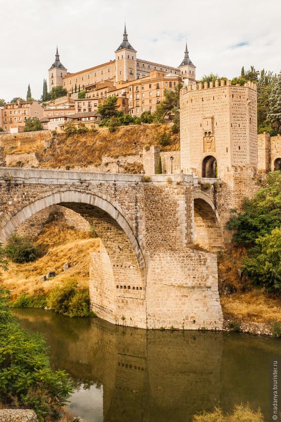 Первое,что видим, завернув из-за угла, это башенки замка Alcazar и Мост Алькантара.