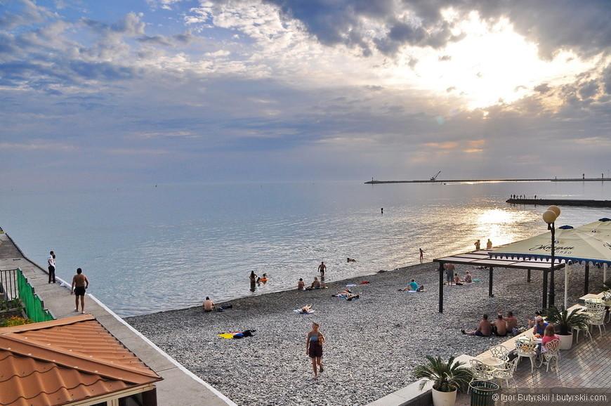 07. Эта фотография отлично иллюстрирует почему российским курортам очень далеко до даже турецких… Это главная набережная России.