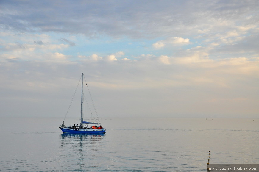 13. Одинокие корабли бороздят просторы Чёрного моря.