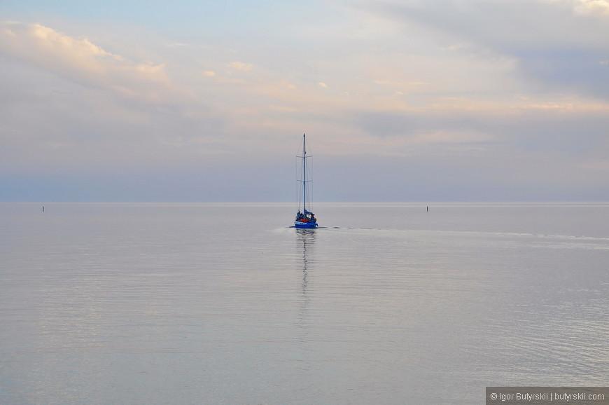 17. В пасмурную погоду небо сливается с морем.