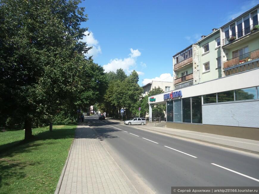 Приехав на автобусе из Вильнюса- всего то ехать 30 минут, я направился к замку Тракай вот по этой дорожке и как  всегда купив пару бутылок пива вот в этом супермаркете
