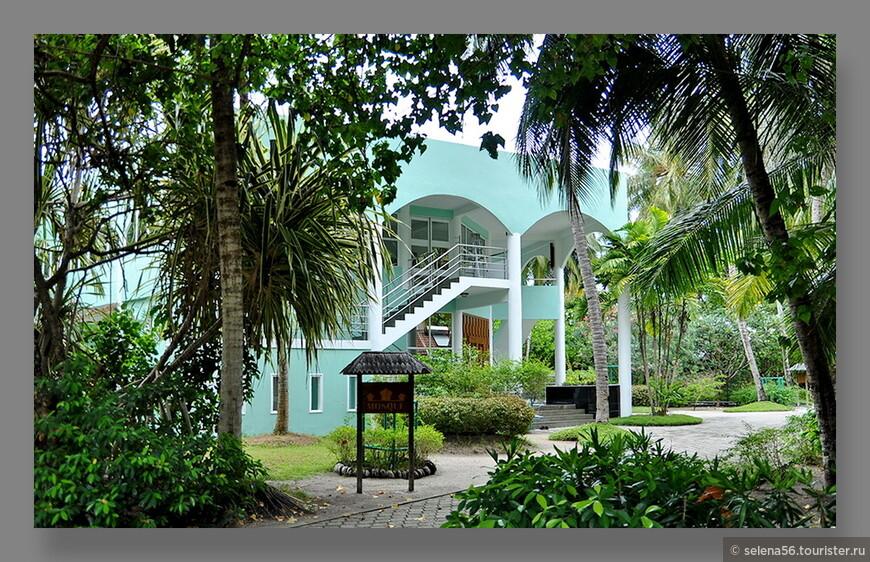 По Мальдивским  параметрам это средний остров, он один из самых ранних отелей  в архипелаге. Имеет прекрасную инфраструктуру. Есть  свои теплицы, и даже своя мечеть,которая  представлена на этой фотографии.