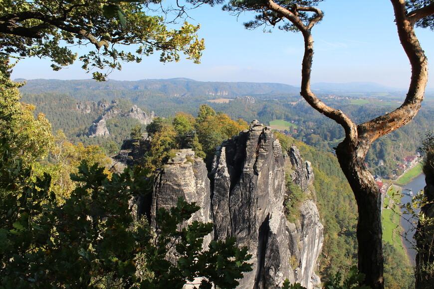 Скалы возвышаются над Эльбой на высоту 194 метра.