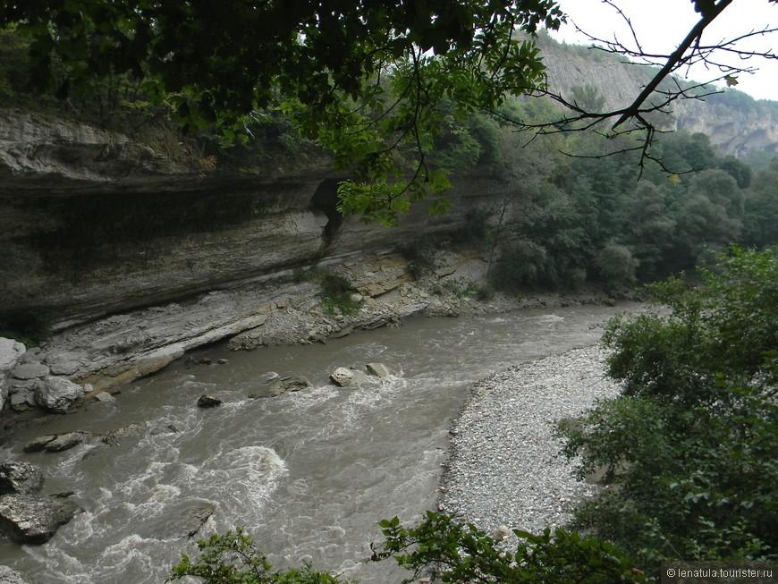 Посмотреть фото Хаджохской теснины можно здесь http://lenatula.tourister.ru/photoalbum/20450  А это и есть та самая река Белая в том месте, где как раз и начинается Теснина.