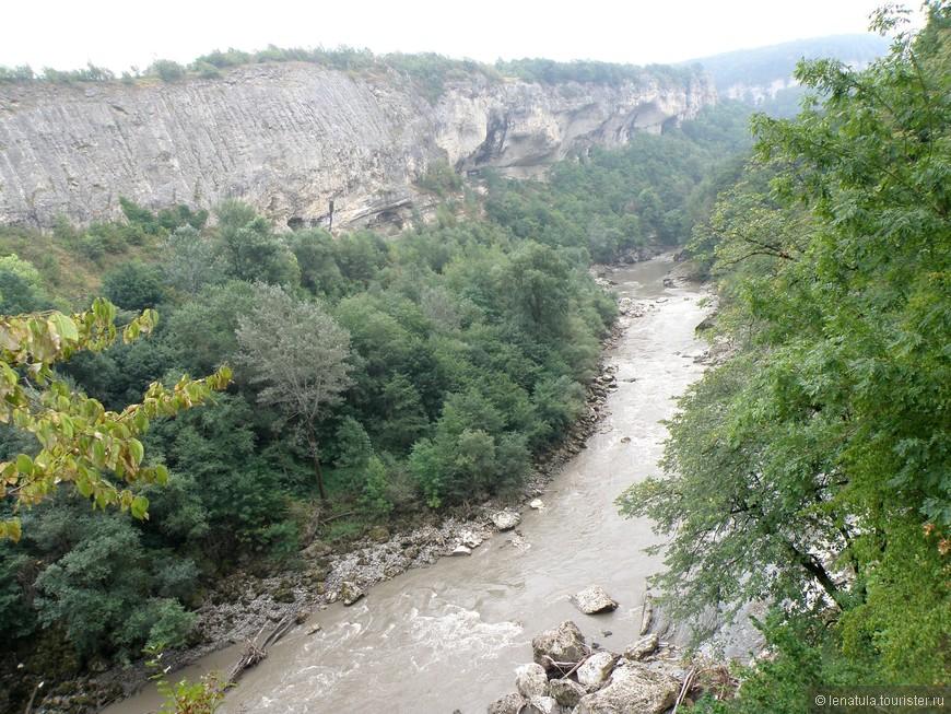 Река Белая с высоты выглядит вполне по-горному. Мощь, шум и прекрасное окружение. Горы впечатляют!