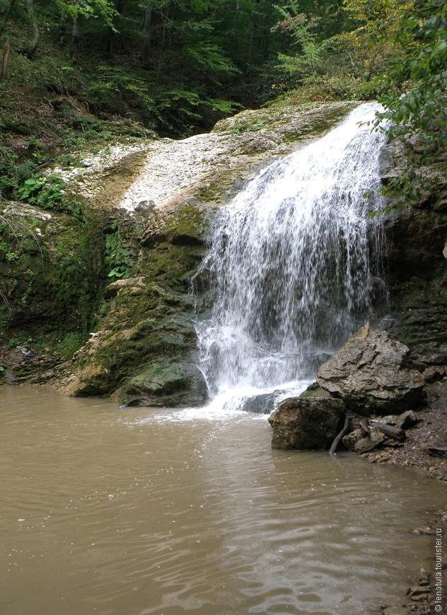 Первый водопад «Шум».  Он не очень высокий и мощный. Вода после дождя, конечно, неприятного цвета. Я думаю, что в солнечную сухую погоду люди залезают под струи водопадов. Мы бы точно залезли и получили от этого кучу эмоций. Но не в этот раз.