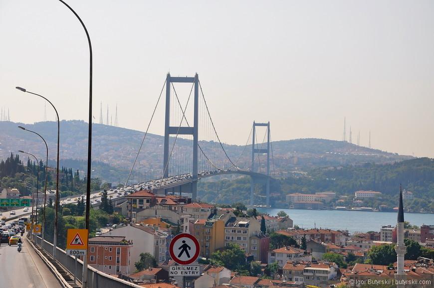 02. Босфорский мост был построен 1973 году, его длинна составляет 1560 метров, а высота от воды 64 метра.