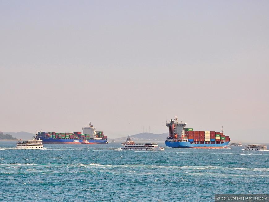 03. Поток кораблей не иссякает ни на минуту, десятки танкеров, контейнеровозов, паромов, лодок и яхт постоянно куда то направляются через пролив.