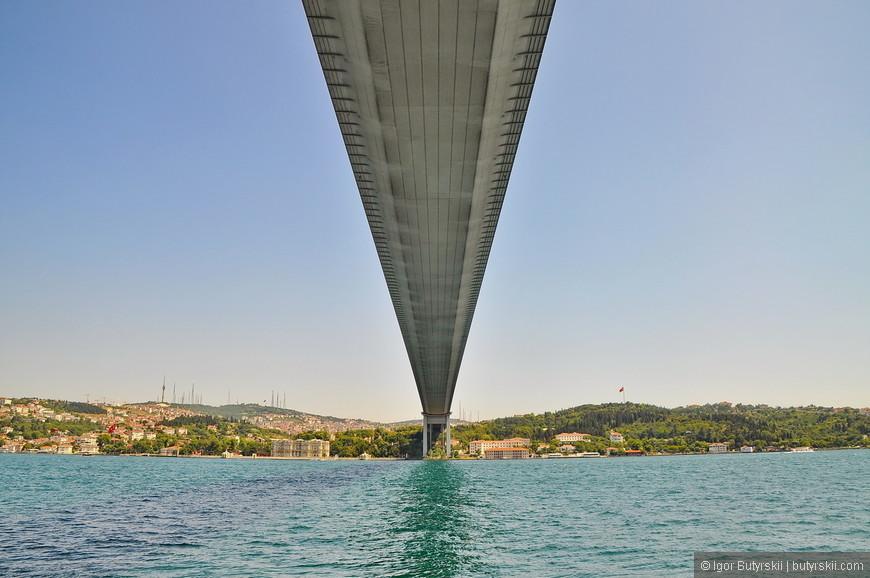 09. Мост через Босфор выглядит величественно. Очень монументальное строение.