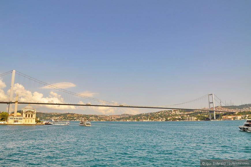 22. Пролив довольно широкий в районе Стамбула, корабли разъезжаются с большими расстояниями.
