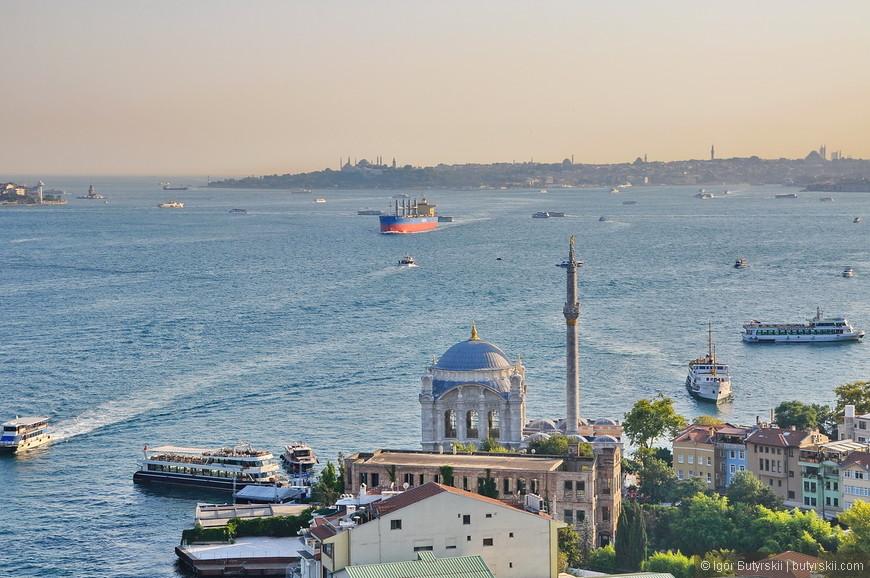 23. Вдали виднеется Голубая мечеть, а пролив наполнен судами разных размеров и назначений.