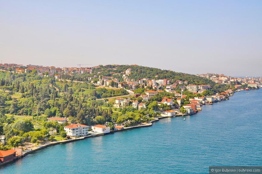24. С высоты моста открываются отличные виды на пригороды (прибрежную зону) Стамбула.