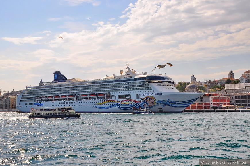 28. Лайнеры огромных размеров заплывают в порт Стамбула. В данном случае норвежский.
