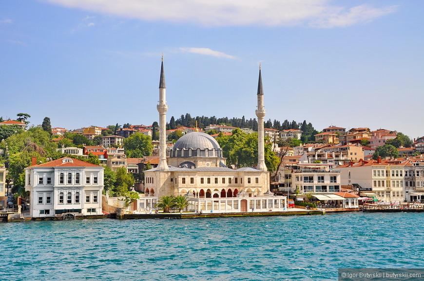 30. Вдоль берегов встречается несколько мечетей, построенных в классическом для Стамбула дизайне.