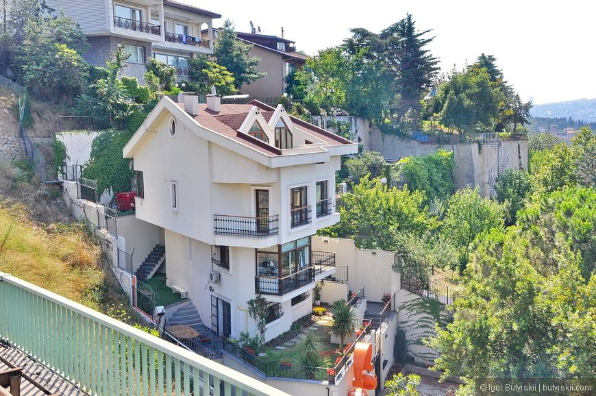 32. Милый частный домик, одна проблема – окна выходят на мост через Босфор и трассу, шум просто нереальный.