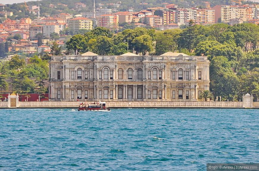 33. Туристический корабль плывет примерно 2 часа (прогулка только по Босфору), сначала проходит вблизи одной стороны, потом противоположной. Дворец Бейлербейи — летняя резиденция султанов, расположен на азиатском берегу Босфора.