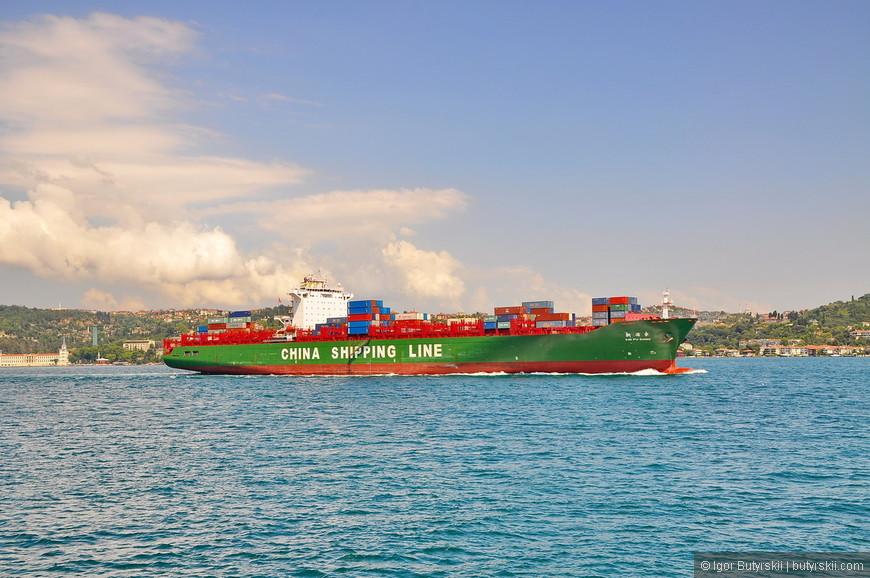 35. Очередной китайский контейнеровоз проплывает по проливу в Черное море, везет товары в Европу или Россию.