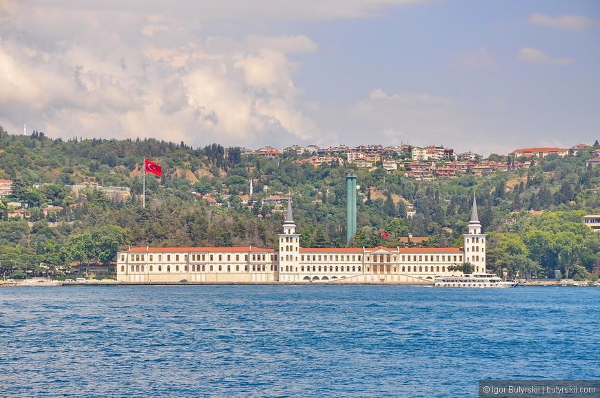 37. Над Стамбулом, над всеми его холмами развиваются огромные флаги Турции, любовь к флагу в Турции чувствуется повсеместно.