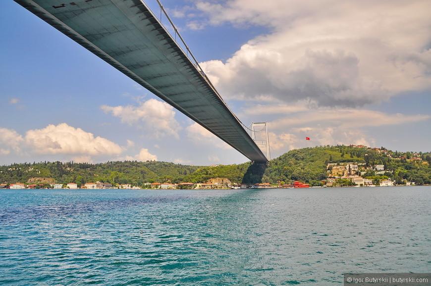 40. Босфор – символ Стамбула, то из-за чего Стамбул существует, обязательно поплавайте по нему при посещении города!