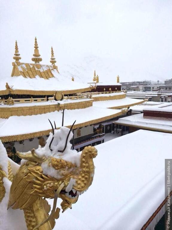 На крыше Джоканга, главный храм Тибета и Лхасы
