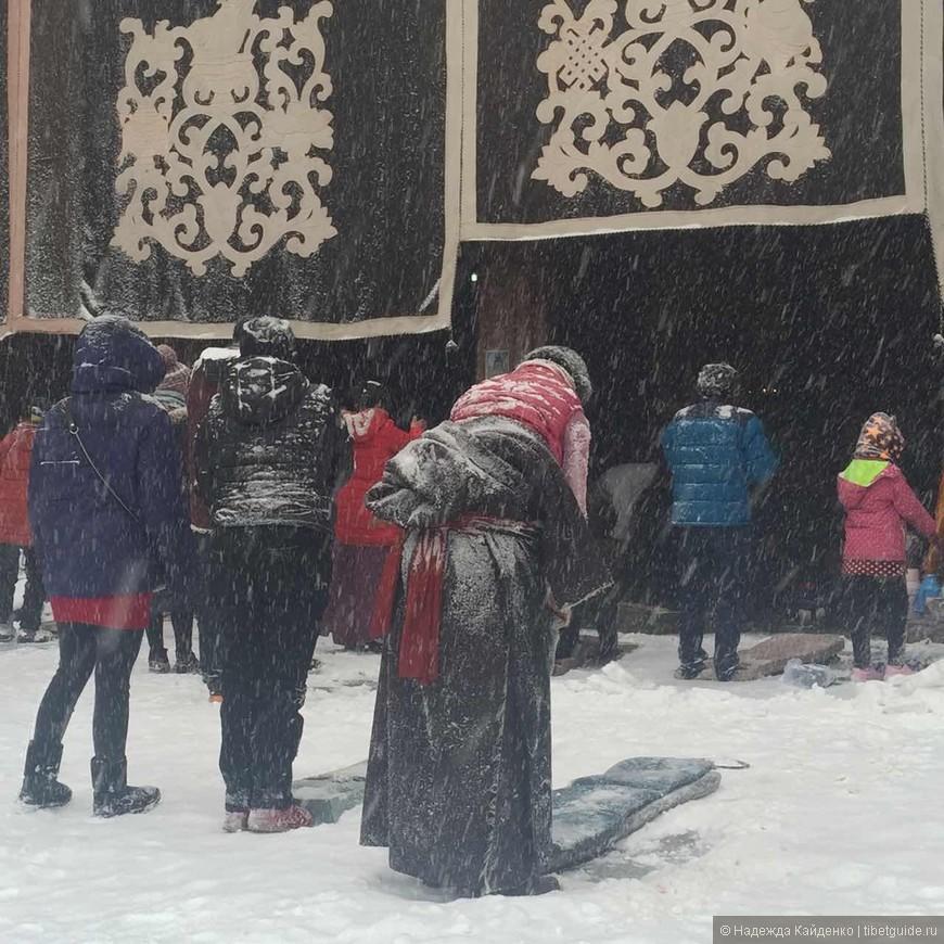 у ворот Джоканга, тем, кто пришел молиться, снег не помеха