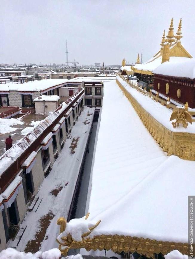 На крыше Джоканга, вид на старый город Лхасы